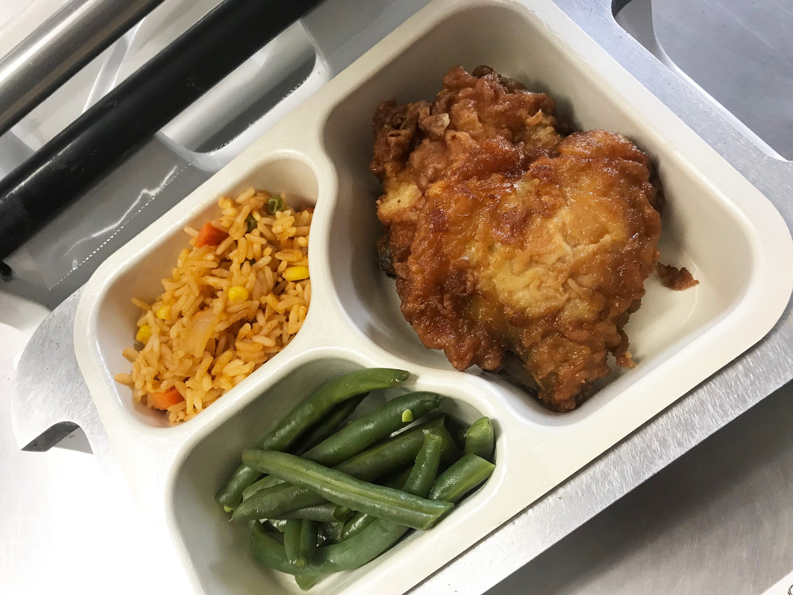 Fried chicken with green beans and rice